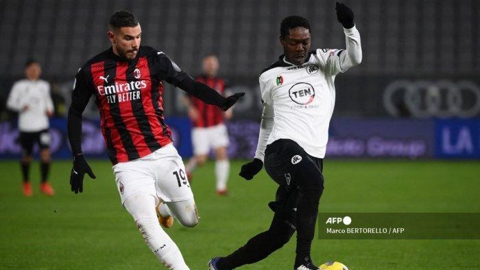Penyerang Spezia asal Ghana, Emmanuel Gyasi (kanan) mengalahkan bek Prancis AC Milan Theo Hernandez selama pertandingan sepak bola Serie A Italia Spezia vs AC Milan pada 13 Februari 2021 di stadion Alberto-Picco di La Spezia. Marco BERTORELLO / AFP