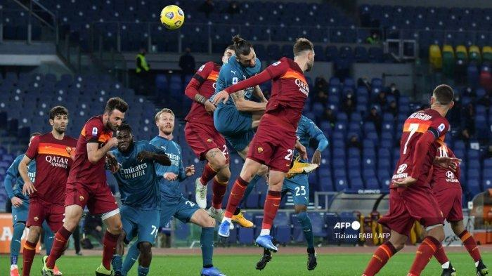 Penyerang Swedia AC Milan Zlatan Ibrahimovic (Atas C) melakukan sundulan selama pertandingan sepak bola Serie A Italia AS Roma vs AC Milan pada 28 Februari 2021 di stadion Olimpiade di Roma. Tiziana FABI / AFP