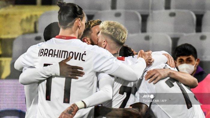Penyerang Swedia AC Milan, Zlatan Ibrahimovic (kiri) bersatu dengan rekan satu tim saat mereka merayakannya setelah mencetak gol ketiga mereka dalam pertandingan sepak bola Serie A Italia Fiorentina vs AC Milan pada 21 Maret 2021 di stadion Artemio-Franchi di Florence. Tiziana FABI / AFP