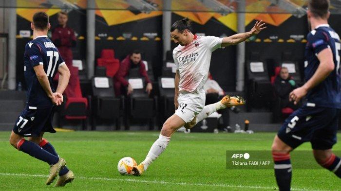 Penyerang Swedia AC Milan Zlatan Ibrahimovic menendang bola selama pertandingan sepak bola UEFA Europa League babak 32 besar, pertandingan sepak bola leg kedua AC Milan vs Crvena Zvezda pada 25 Februari 2021 di stadion San Siro di Milan. Tiziana FABI / AFP