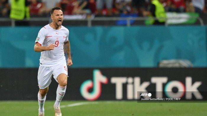 Pemain depan Swiss Haris Seferovic merayakan mencetak gol pertama tim selama pertandingan sepak bola babak 16 besar UEFA EURO 2020 antara Prancis dan Swiss di National Arena di Bucharest pada 28 Juni 2021. Justin Setterfield / POOL / AFP