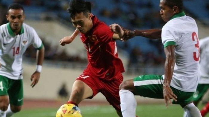 Penyerang Vietnam, Nguyen Van Toan coba diadang bek Indonesia, M Abduh Lestaluhu (kanan) di Stadion