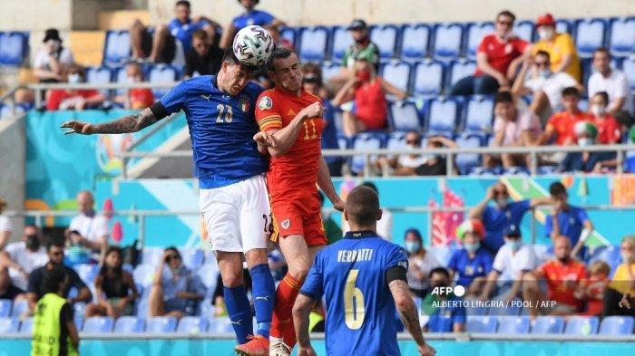 Penyerang Wales Gareth Bale (tengah) berebut sundulan dengan bek Italia Alessandro Bastoni (kiri) pada pertandingan sepak bola Grup A UEFA EURO 2020 antara Italia dan Wales di Stadion Olimpiade di Roma pada 20 Juni 2021.