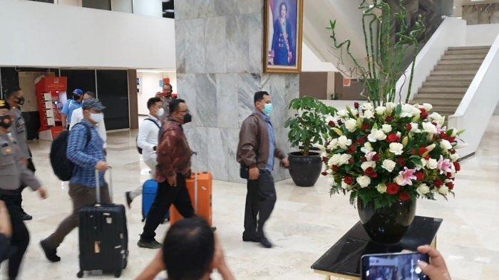 Penyidik membawa 3 koper berwarna hitam, biru dan oranye hasil penggeledahan dari ruang kerja Azis.