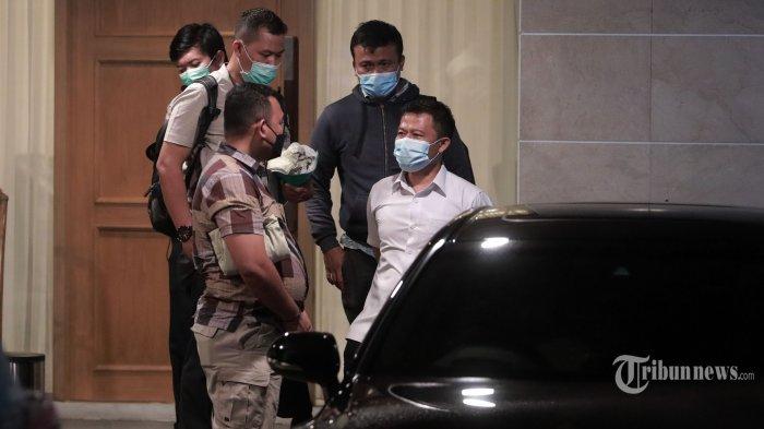 Penyidik KPK melakukan penggeledahan di Rumah Dinas Wakil Ketua DPR RI Azis Syamsuddin di Kawasan Kuningan, Jakarta, Rabu (28/4/2021) malam. Penggeledahan tersebut dilakukan dalam penyidikan dugaan suap untuk tidak menaikkan perkara ke tingkat penyidikan dengan tersangka penyidik KPK, Stepanus Robin Pattuju yang saat ini sudah menjadi tersangka. TRIBUNNEWS/IRWAN RISMAWAN
