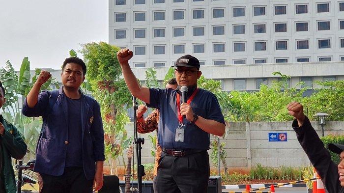 Penyidik KPK Novel Baswedan menemui puluhan mahasiswa dari sejumlah perguruan tinggi yang melakukan aksi di lobi Gedung Merah Putih KPK, Jakarta Selatan, Kamis (12/9/2019).