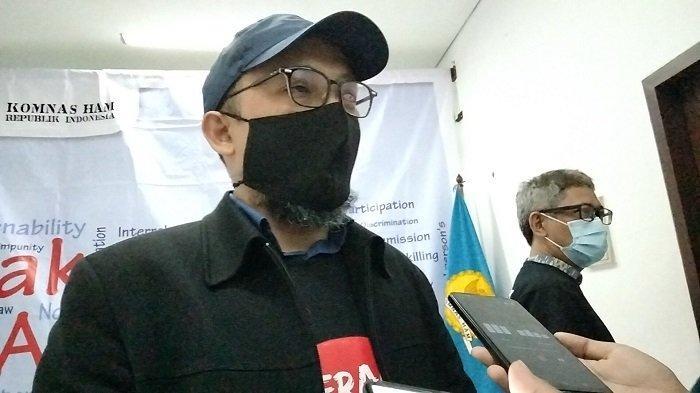 Penyidik Senior KPK Novel Baswedan usai menyerahkan laporan terkait dugaan pelanggaran HAM dalam TWK dan alih status pegawai KPK menjadi Aparatur Sipil Negara (ASN) kepada Komisioner Komnas HAM di kantor Komnas HAM RI Jakarta pada Senin (24/5/2021).
