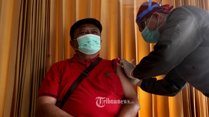 Vaksinator menyuntikkan vaksin covid-19 Sinovac kepada seorang lansia warga Kota Bandung di Rumah Sakit Al Islam, Jalan Soekarno-Hatta, Kota Bandung, Jumat (26/02/2021). Penyuntikan perdana vaksin covid-19 Sinovac untuk lansia dilakukan di RS Al Islam yang merupakan salah satu dari 184 fasilitas kesehatan di Kota Bandung yang melakukan penyuntikan vaksin bagi lansia, seperti diungkapkan Rosye Arosdiani, Kepala Bidang Pencegahan dan Pengendalian Penyakit (P2P) Dinas Kesehatan Kota Bandung. Hari itu sebanyak 36 lansia berhasil dilakukan penyuntikan dari sejumlah nama yang terdapat dalam daftar lansia yang berhak dilakukan penyuntikan. TRIBUN JABAR/ZELPHI