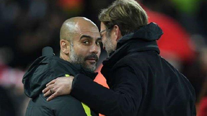 Pep Guardiola menyergap dan mengajak tos Juergen Klopp dari pinggir lapangan, saat Manchester City menjamu Liverpool, Minggu (19/3/2017).
