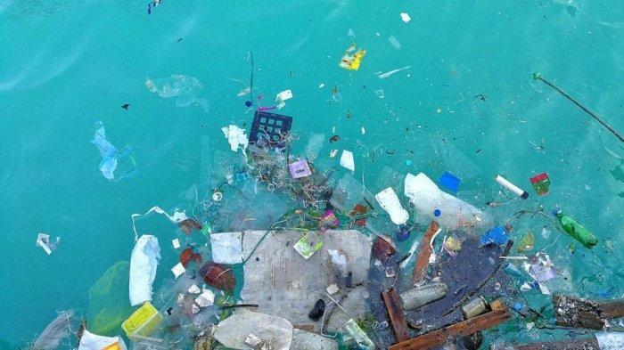 Lautan yang tercemar sampah plastik.