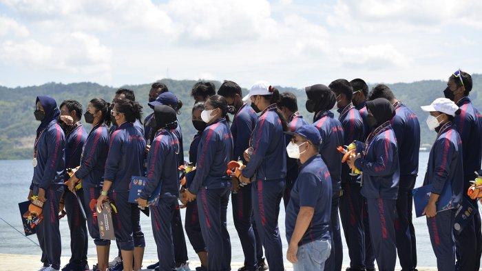 Atlet tim dayung Jawa Barat beregu campuran meraih medali perak di babak Final Dayung Traditional Boat Race MIX 1000 meter di Race ke 38 PON XX Papua di Venue Dayung Teluk Youtefa, Holtekamp, Distrik Abepura, Kota Jayapura, Selasa (12/10/2021).