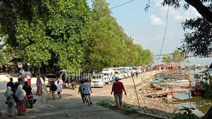 Penampakan mobil ambulans dan warga yang memadati Waduk Kedung Ombo di Dukuh Bulu, Desa Wonoharjo, Kecamatan Kemusu, Kabupaten Boyolali, Sabtu (15/5/2021).