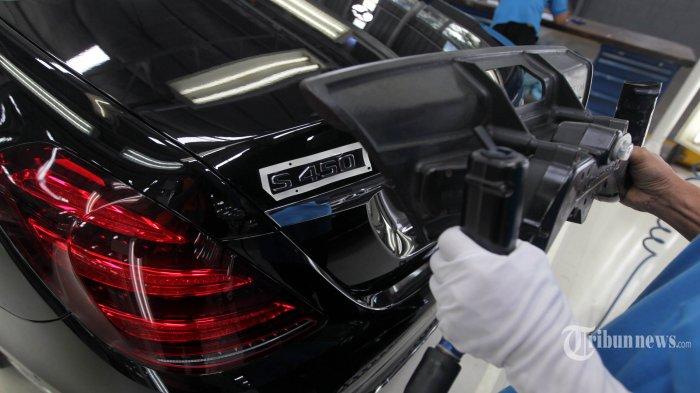 Petugas memasang tanda seri mobil di Pabrik Mercedes-Benz di Bogor, Selasa (11/12/2018). Mobil C 300 AMG Line dan C 200 EQ Boost Avantgarde Line dari seri The New C-Class untuk pertama kalinya dirakit lokal di pabrik Mercedes-Benz Wanaherang, Bogor. TRIBUNNEWS/DANY PERMANA