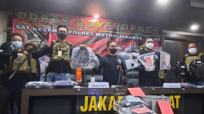 Jajaran Polres Metro Jakarta Barat ungkap kasus pembobolan rumah kosong dengan tersangka komplotan asal Semarang, Jawa Tengah di Mapolres Jakarata Barat, Palmerah, Selasa (25/5/2021).