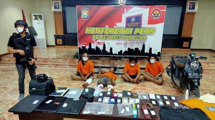 Rizal (38) satu dari empat pelaku kejahatan diringkus Tim Jatanras Polrestabes Makassar terbaring di lantai Aula Mapolrestabes Makassar, Jl Ahmad Yani, Senin (7/6/2021) siang.