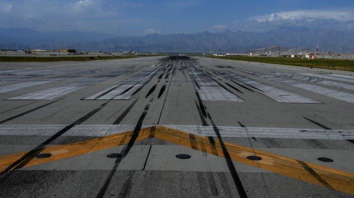 DOKUMENTASI: Foto yang diambil pada 5 Juli 2021 menunjukkan pemandangan umum landasan pacu di dalam Pangkalan Udara AS di Bagram, Afghanistan.