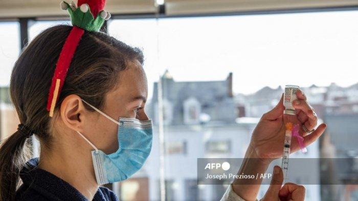 Perawat Lucia Gleason menyiapkan jarum suntik dengan vaksin Moderna di Pusat Kesehatan Lingkungan Boston Timur (EBNHC) di Boston, Massachusetts pada 24 Desember 2020. EBNHC baru-baru ini menerima 1.400 dosis Vaksin Moderna Covid-19, cukup untuk memvaksinasi seluruh staf mereka dan telah memulai proses untuk melakukannya.