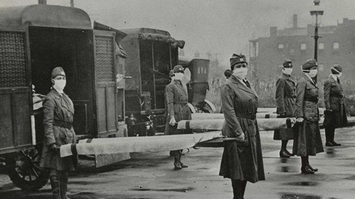 Perawat bawa pasien pandemi flu Spanyol
