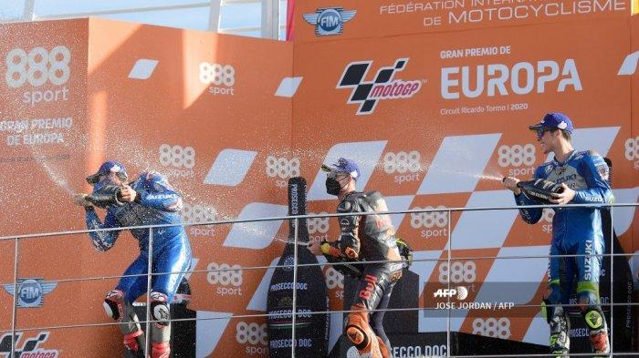 Pemenang balapan Suzuki Ecstar pembalap Spanyol Joan Mir (kanan) merayakan di podium bersama pembalap Spanyol Suzuki Ecstar Alex Rins (kiri) dan pembalap Spanyol Red Bull KTM Factory Racing Pol Espargaro setelah balapan MotoGP dari Grand Prix Eropa di sirkuit Ricardo Tormo di Valencia pada 8 November 2020. JOSE JORDAN / AFP