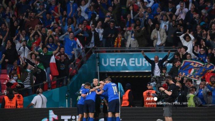 Italia merayakan setelah gol pertama tim mereka selama pertandingan sepak bola semifinal UEFA EURO 2020 antara Italia dan Spanyol di Stadion Wembley di London pada 6 Juli 2021.
