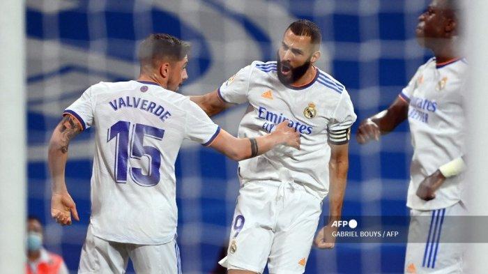Pemain depan Real Madrid asal Prancis Karim Benzema (tengah) merayakan setelah mencetak gol pertama timnya selama pertandingan sepak bola Liga Spanyol antara Real Madrid CF dan RC Celta de Vigo di stadion Santiago Bernabeu di Madrid pada 12 September 2021.