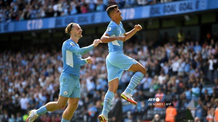 Gelandang Manchester City asal Spanyol Rodrigo (kanan) merayakan dengan gelandang Manchester City Inggris Jack Grealish setelah mencetak gol keempat timnya selama pertandingan sepak bola Liga Premier Inggris antara Manchester City dan Arsenal di Stadion Etihad di Manchester, barat laut Inggris, pada 28 Agustus 2021 .