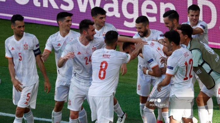 Para pemain Spanyol merayakan gol keempat timnya selama pertandingan sepak bola Grup E UEFA EURO 2020 antara Slovakia dan Spanyol di Stadion La Cartuja di Seville pada 23 Juni 2021.