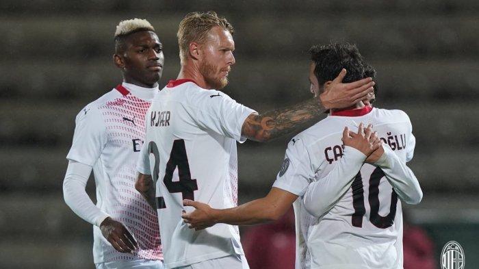 Perayaan Gol Pinalti Hakan Calhanoglu saat AC Milan hadapi Rio Ave, Jumat (2/20/2020)