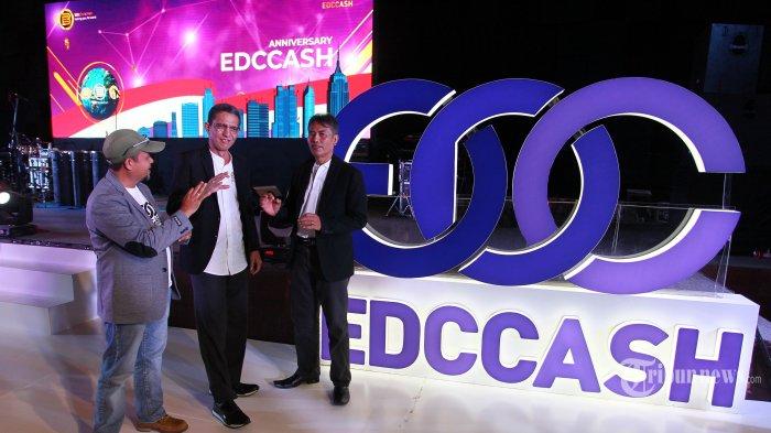 CEO EDCCash Indonesia Abdulrahman Yusuf (tengah) bersama para pengelola senior Asep Wawan Hermawan (kiri) dan Dedeng Hermana (kanan) berbincang dalam acara perayaan HUT EDC Blockchain with EDCCash Indonesia di JIExpo, Kemayoran, Jakarta, Minggu (1/9/2019). Perayaan HUT EDC Blockchain with EDCCash Indonesia tersebut diperingati bersama 5000 mitra dari seluruh Indonesia. TRIBUNNEWS/DANY PERMANA