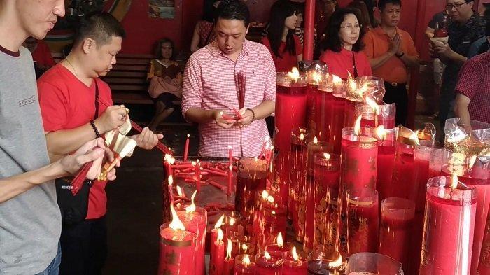 Wisatan Lokal dan Asing Abadikan Momen Perayaan Imlek di Vihara Dharma Bhakti