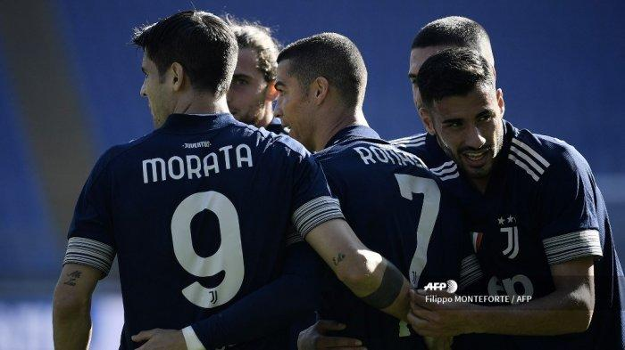 Penyerang Portugal Juventus Cristiano Ronaldo (tengah) merayakan bersama rekan satu timnya setelah mencetak gol selama pertandingan sepak bola Serie A Italia antara Lazio (SSL) dan Juventus (JFC), di stadion Olimpiade di Roma pada 8 November 2020. Filippo MONTEFORTE / AFP
