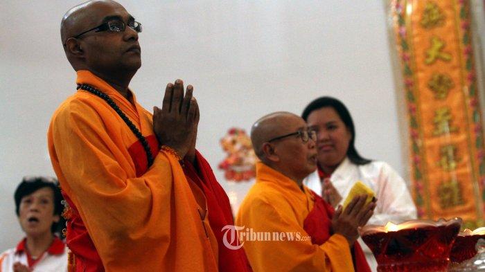 Sejumlah Biksu melakukan Puja Bhakti Waisak pada rangkaian ibadah Tri Suci Waisak di Vihara Avalokitesvara Pondok Cabe, Tangerang Selatan, Banten, Selasa (29/5/2018). Perayaan Waisak di Tangerang tahun 2562 BE atau tahun 2018 berjalan khusyuk dan lancar. TRIBUNNEWS/IRWAN RISMAWAN