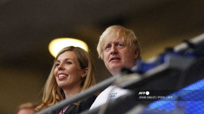 Perdana Menteri Inggris Boris Johnson (kanan) menghadiri pertandingan sepak bola final UEFA EURO 2020 antara Italia dan Inggris di Stadion Wembley di London pada 11 Juli 2021.