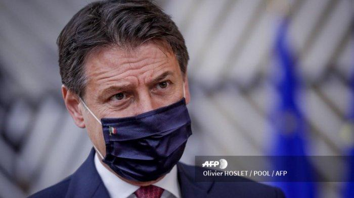 Perdana Menteri Italia Giuseppe Conte yang mengenakan masker tiba menjelang pertemuan dua hari Uni Eropa (UE) di Gedung Dewan Eropa di Brussel, pada 15 Oktober 2020.