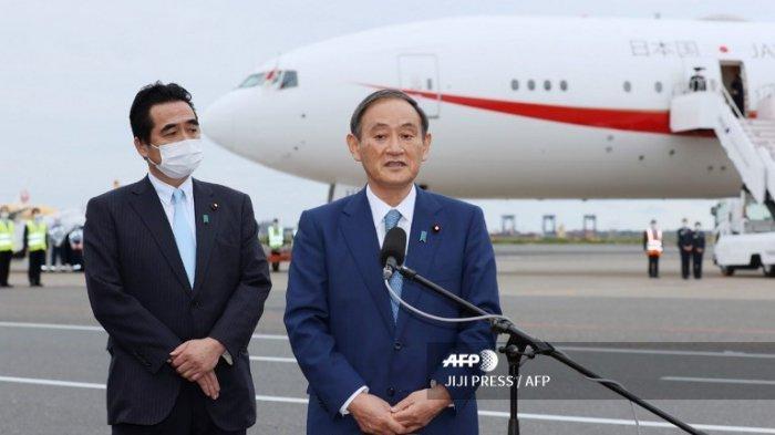 Perdana Menteri Jepang Yoshihide Suga (kanan) berbicara kepada media sebelum keberangkatannya untuk kunjungan empat hari ke Vietnam dan Indonesia di bandara Haneda Tokyo pada 18 Oktober 2020.