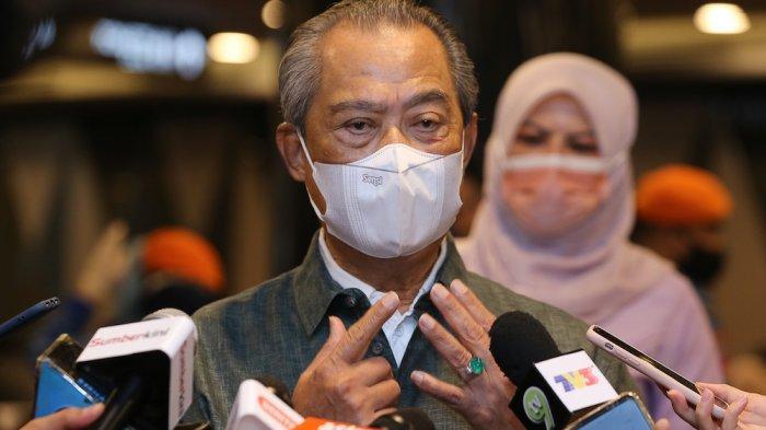Perdana Menteri Tan Sri Muhyiddin Yassin berbicara kepada awak media selama kunjungannya ke pusat vaksinasi di Sunway Pyramid Convention Center di Petaling Jaya 27 Juni 2021.