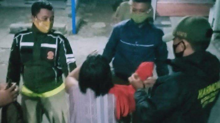 Petugas patroli Satpol PP Kota Kediri membawa perempuan muda tanpa busana yang masuk warung di Kelurahan Betet, Kamis (12/11/2020).
