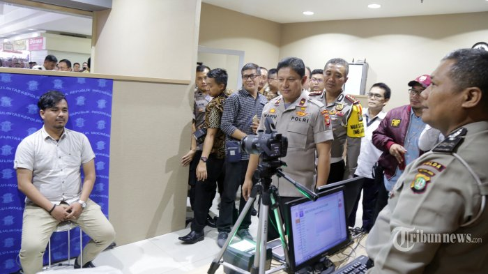 Wakapolda Metro Jaya Brigjen Pol Wahyu Hadiningrat (tengah) meninjau proses perpanjangan SIM di Gerai Samsat dan SIM Blok M Square, Jakarta Selatan, usai peresmian, Rabu (26/9). Layanan perpanjangan SIM dan Samsat yang berada di pusat perbelanjaan tersebut dibuka untuk memudahkan masyarakat dalam mengurus SIM dan perpanjangan STNK. Warta Kota/Angga Bhagya Nugraha