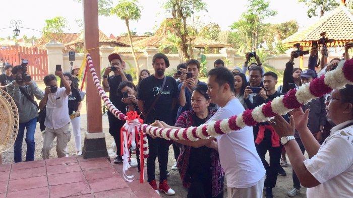 Hanung Bramantyo dan Ibu Astuti saat melakukan pemotonga pita di Museum Bumi Manusia, Studio Alam Gampling, Kulonprogo, Jogjakarta, Selasa (13/8/2019).