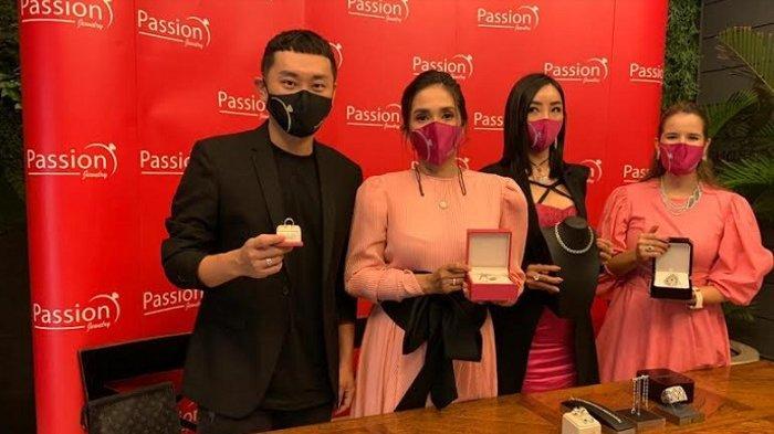 Rio Motret dan Ussy Sulistiawaty saat perilisan koleksi kolaborasi dengan Passion Jewelry di kawasan Kuningan Jakarta Selatan, Jumat (26/2/2021).