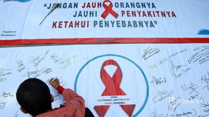 Komunitas warga melakukan aksi peringatan hari AIDS Sedunia saat Car Free Day di Kawasan Bundaran HI, Jakarta, mINGGU (1/12/2019). Aksi tersebut bertujuan untuk menggugah kesadaran masyarakat akan bahaya virus HIV/AIDS dan mengubah stigma negatif serta perlakuan diskriminatif bagi para penderitanya. TRIBUNNEWS/IRWAN RISMAWAN