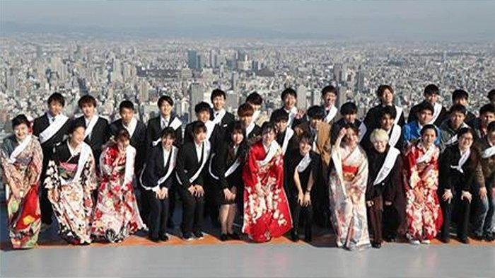 Para remaja yang resmi dewasa berusia 20 tahun berpose di puncak gedung tertinggi di Jepang, Abeno Harukas di Osaka, Senin (13/1/2020).