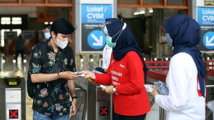 Pegawai milenial PT KAI Commuter Indonesia membagikan masker kepada calon penumpang di Stasiun Jakarta Kota, Jakarta Barat, Rabu (28/10/2020). Dalam rangka memperingati Hari Sumpah Pemuda yang ke-92, PT KAI Commuter Indonesia membagikan sebanyak 3.000 masker gratis kepada para penumpang serta mengajak seluruh pengguna untuk bersatu dan bangkit melawan Covid-19 dengan terus menerapkan 3M (memakai masker, menjaga jarak, dan mencuci tangan) ketika beraktivitas. Tribunnews/Jeprima