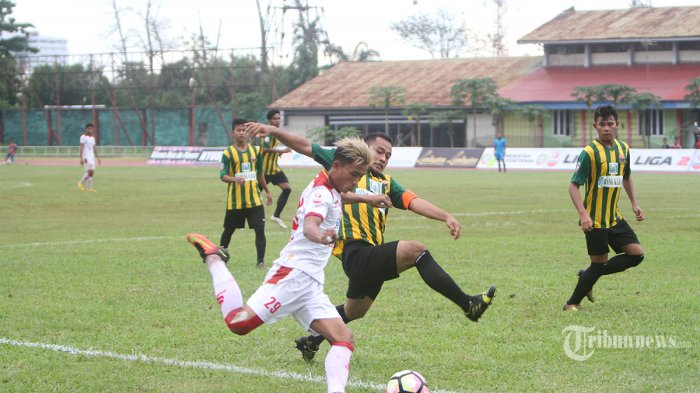 Pemain Persipon Imam Subekti berduel dengan pemain Persis Solo Rudiyana dalam laga lanjutan Liga 2 Indonesia Grup 4 di Stadion St Syarif Abdurrahman Pontianak, Jumat (19/5/2017). Persipon harus takluk oleh tim tamu dengan skor 0-3. Tribun Pontianak/Galih Nofrio Nanda
