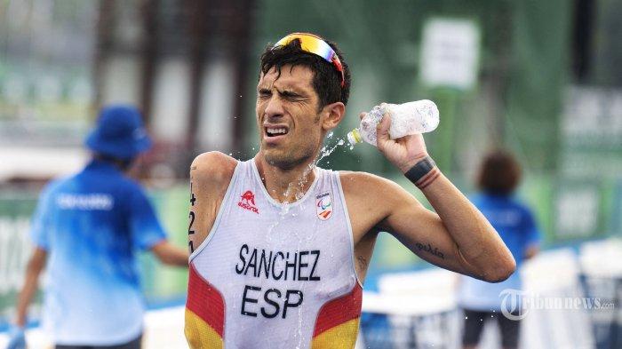 Atlet Spanyol Alejandro Sanchez Palomero berkompetisi dalam kategori triathlon PTS4 putra selama Paralimpiade Tokyo 2020 di Taman Laut Odaiba di Tokyo Sabtu (28/8/2021). AFP/Charly TRIBALLEAU