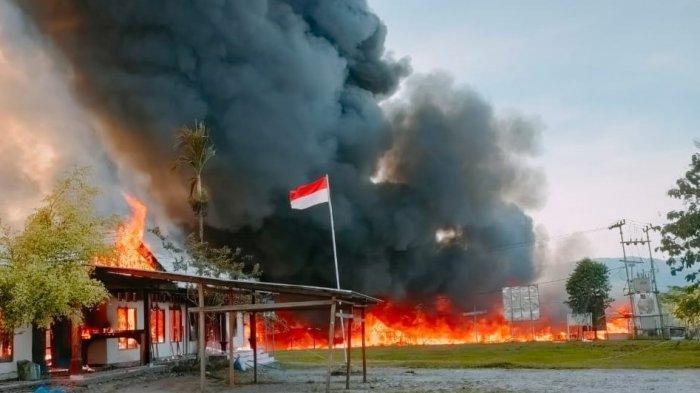 perkantoran yang dibakar massa di yalimo,  papua, selasa (29/6/2021)