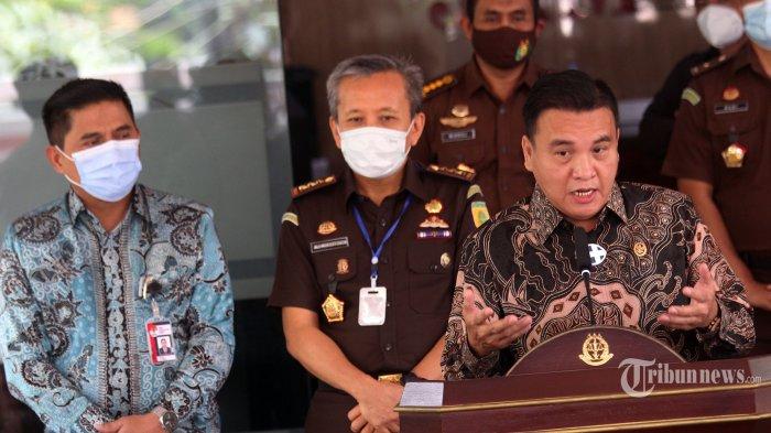 Ketua Komisi Kejaksaan Barita Simanjuntak saat memebrikan keterangan pers didampingi Jampidus Kejaksaan Agung Ali Mukartono dan Deputi Penindakan KPK Brigjen (Pol) Karyoto saat konferensi pers terkait perkembangan perkara Tipikor gratifikasi di Gedung Bundar Kejagung, Jalan Sultan Hasanuddin, Kebayoran Baru, Jakarta Selatan, Selasa (8/9/2020). Gelar perkara ini dilakukan secara tertutup dan  dipimpin oleh Wakil Jaksa Agung, Setia Untung Arimuladi. Gelar perkara ini dihadiri oleh Kemenko Polhukam, Bareskrim, KPK, dan juga Komisi Kejaksaan. Seperti diketahui Kejagung menetapkan Pinangki sebagai tersangka pada 11 Agustus 2020 dan ditahan di rutan Salemba cabang Kejagung. Pinangki diduga menerima hadiah atau janji berkaitan dengan terpidana kasus pengalihan hak tagih (cessie) Bank Bali, Joko Soegiarto Tjandra atau Djoko Tjandra. Saat itu Pinangki menjabat sebagai Kepala Sub-Bagian Pemantauan dan Evaluasi II pada Biro Perencanaan Jaksa Agung Muda Pembinaan. Tribunnews/Jeprima