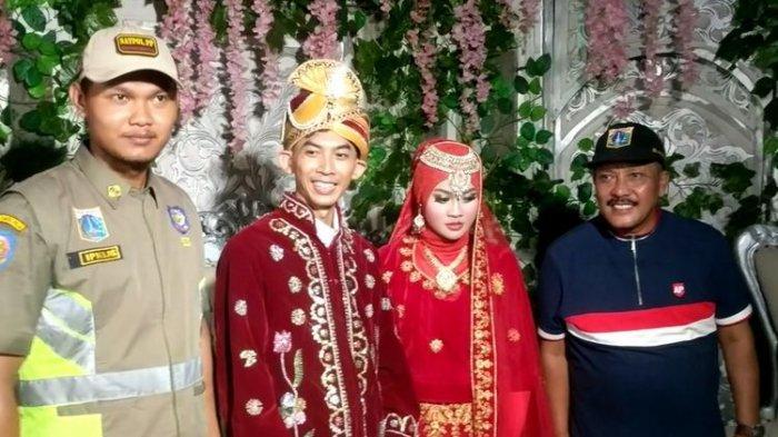 Info Banjir Jakarta, Pasangan Menikah saat Banjir, Lihat Penghulu Naik Perahu Sampai Digendong