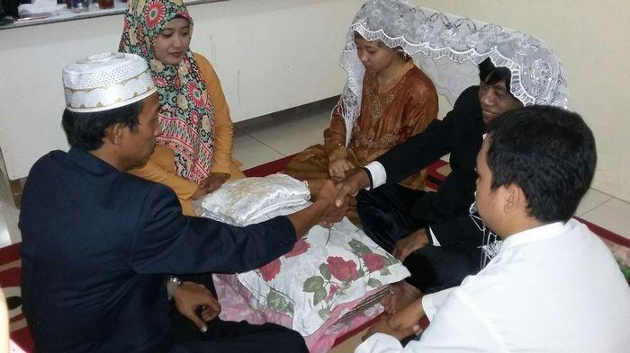Foto-foto yang diduga pernikahan siri Pak Tarno dengan seorang perempuan teman dekatnya yang dipanggilnya bunda.
