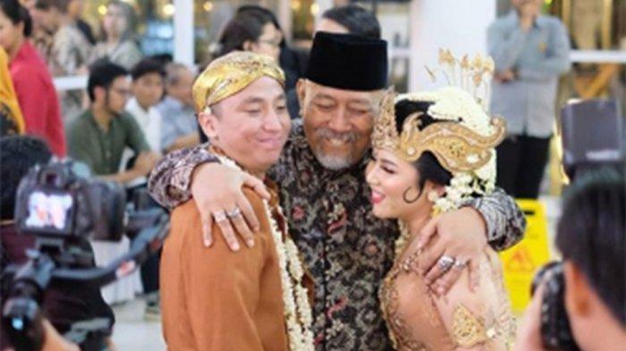 Indro Warkop memeluk pasangan pengantin baru Satrio Sarwo Trengginas dan Rivania Eda Anandiza Rizal di pernikahan mereka pada Sabtu, 29 Februari 2020, di Felfest Faculty Club, Universitas Indonesia, Jalan Prof. Dr. Miriam Budiardjo, Jagakarsa, Jakarta Selatan.